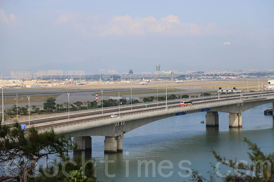 從沙螺灣觀機坪眺望,可見港珠澳大橋及香港國際機場。(陳仲明/大紀元)