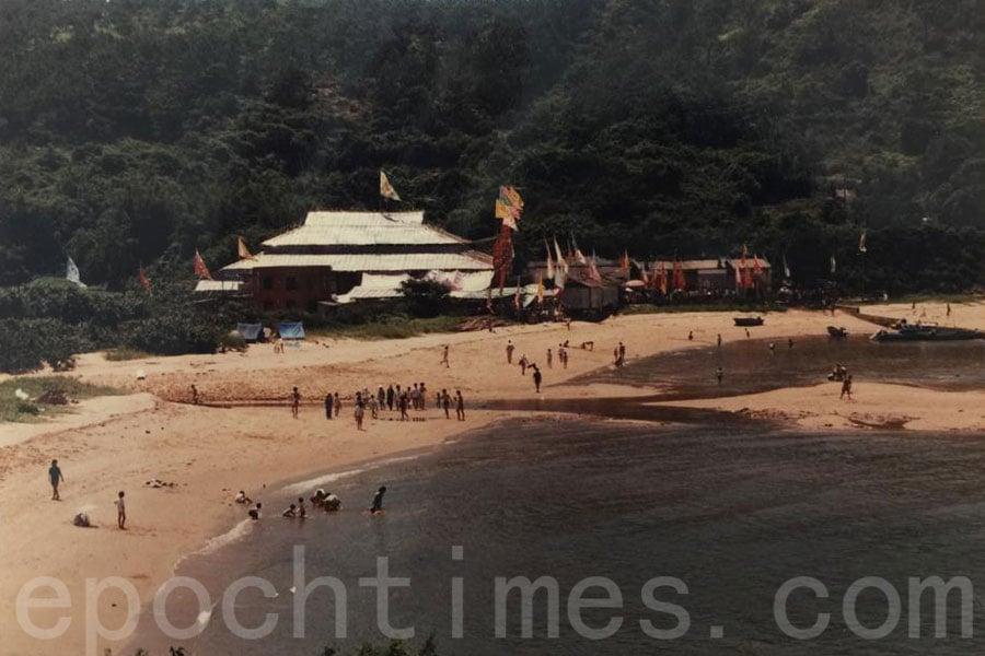 沙螺灣曾有水清沙幼的泳灘,後因新機場建起後將從北而來的海水攔截,沙灘流失。(受訪者提供)