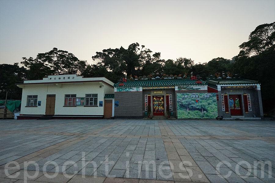 從左至右:沙螺灣鄉公所、把港古廟與天后宮。(曾蓮/大紀元)