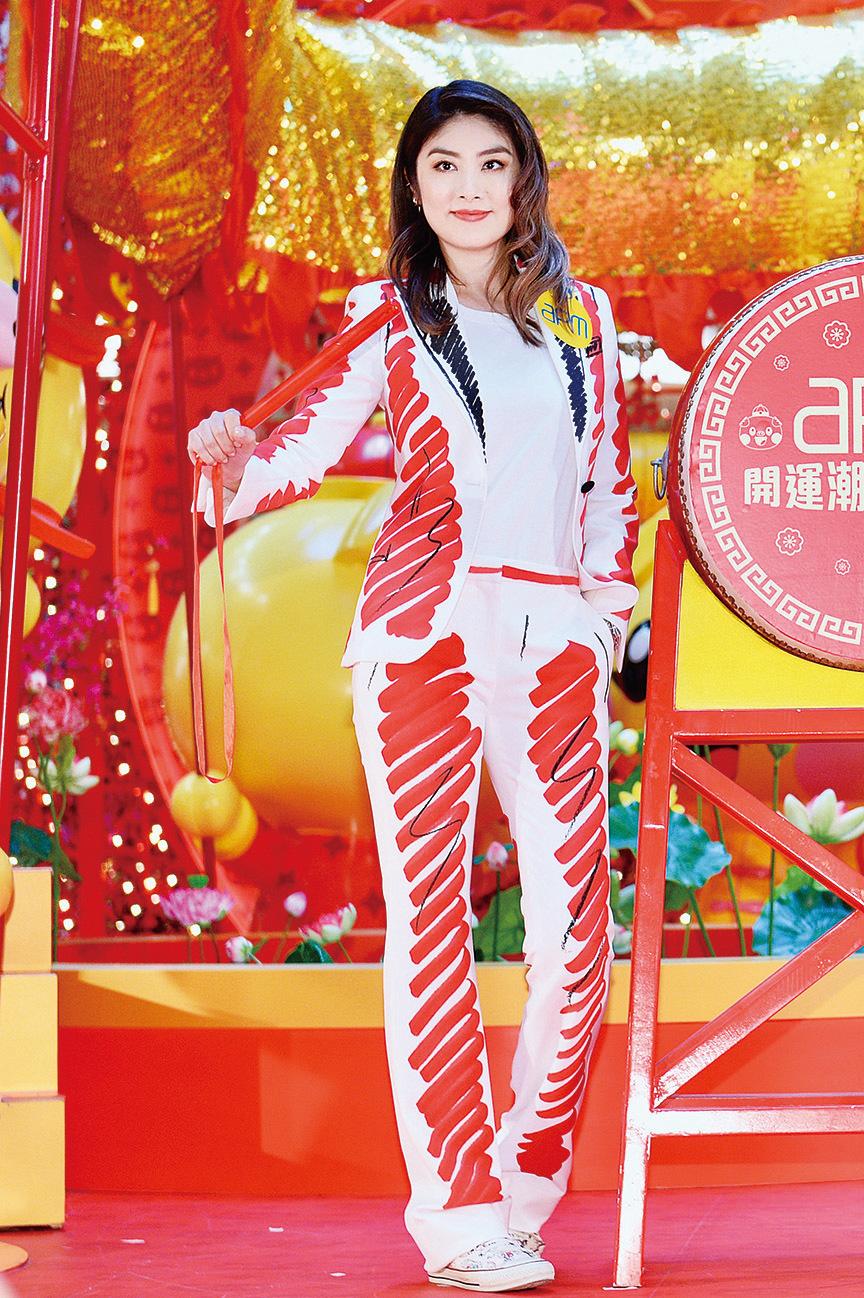 陳慧琳20日在觀塘出席商場迎新年活動,又模仿劉德華在演唱會上打鼓,笑言體會到華仔不容易做。(宋碧龍╱大紀元)