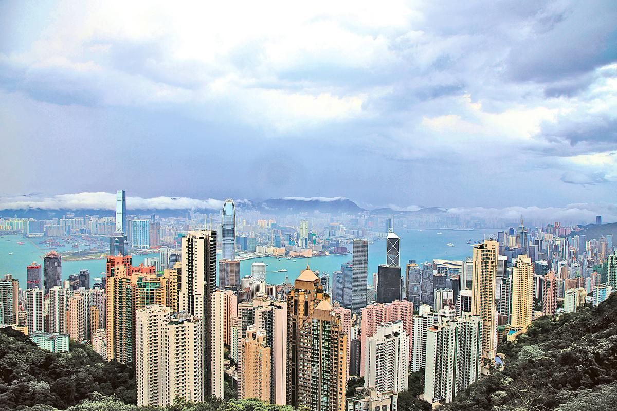 香港樓市稍緩但港人仍負擔不起,最新國際機構調查顯示港人要不吃不喝超過20年才能買房。(大紀元資料圖片)