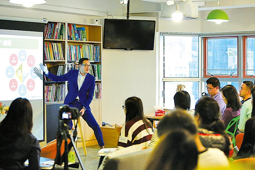 陳葒校長在「小島學園」社企成立茶會上介紹本地創新學習營。學習營以「八德」(仁、義、智、禮、雅、志、信、勇)為培養方向。(陳仲明/大紀元)