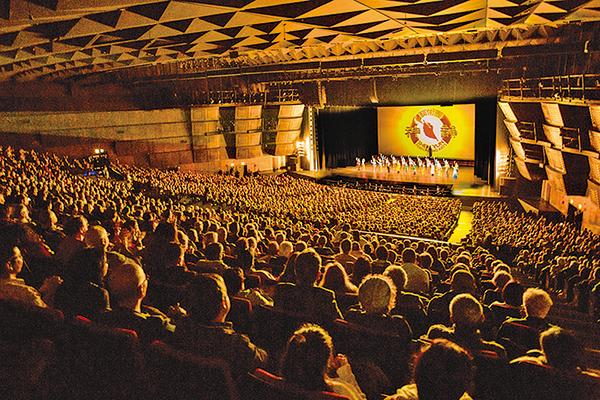 1月20日下午美國神韻國際藝術團在巴黎會議中心出現大爆滿加座一票難求的盛況。(傅潔/大紀元)