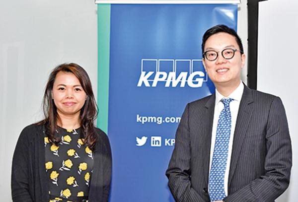 畢馬威中國稅務合夥人梁愛麗(左)和中國稅務主管何家輝(右)。(郭威利/大紀元)