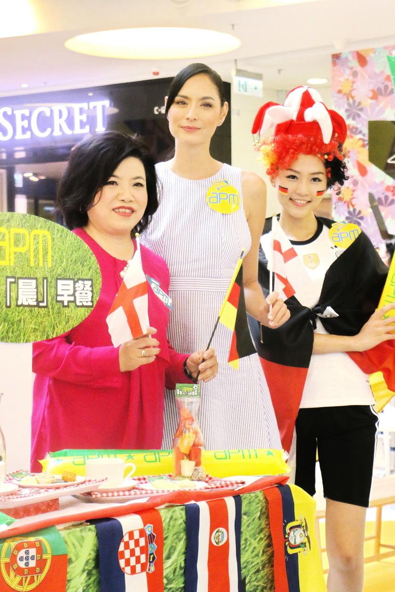 新鴻基發展(中國)董事馮秀炎(左)表示,17日至19日,預計apm生意額達2,800萬元。(王文君/大紀元)