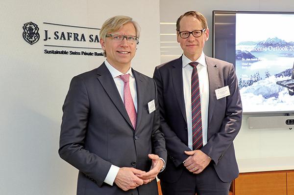 瑞士嘉盛銀行首席策略師Jan Poser(左),首席投資總監Philipp Bartschi(右)。 (江夏/大紀元)