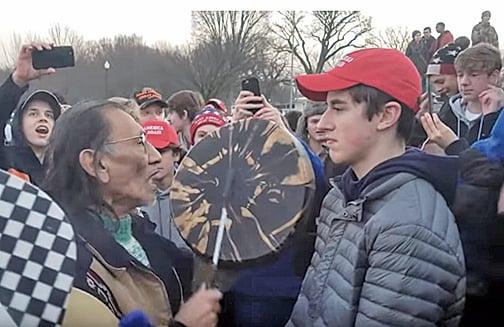1月18日,美國原住民長老菲利普斯(Nathan Phillips)敲打手鼓騷擾高中學生桑德曼(Nick Sandmann)。(YouTube影片截圖)