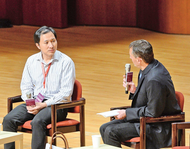 深圳南方科技大學「甩鍋」,與陷入「基因編輯嬰兒」漩渦的賀建奎解除了勞動合同。圖為2018年11月28日,時為南科大副教授的賀建奎(左)在香港出席第二屆人類基因組編輯國際峰會。(大紀元)