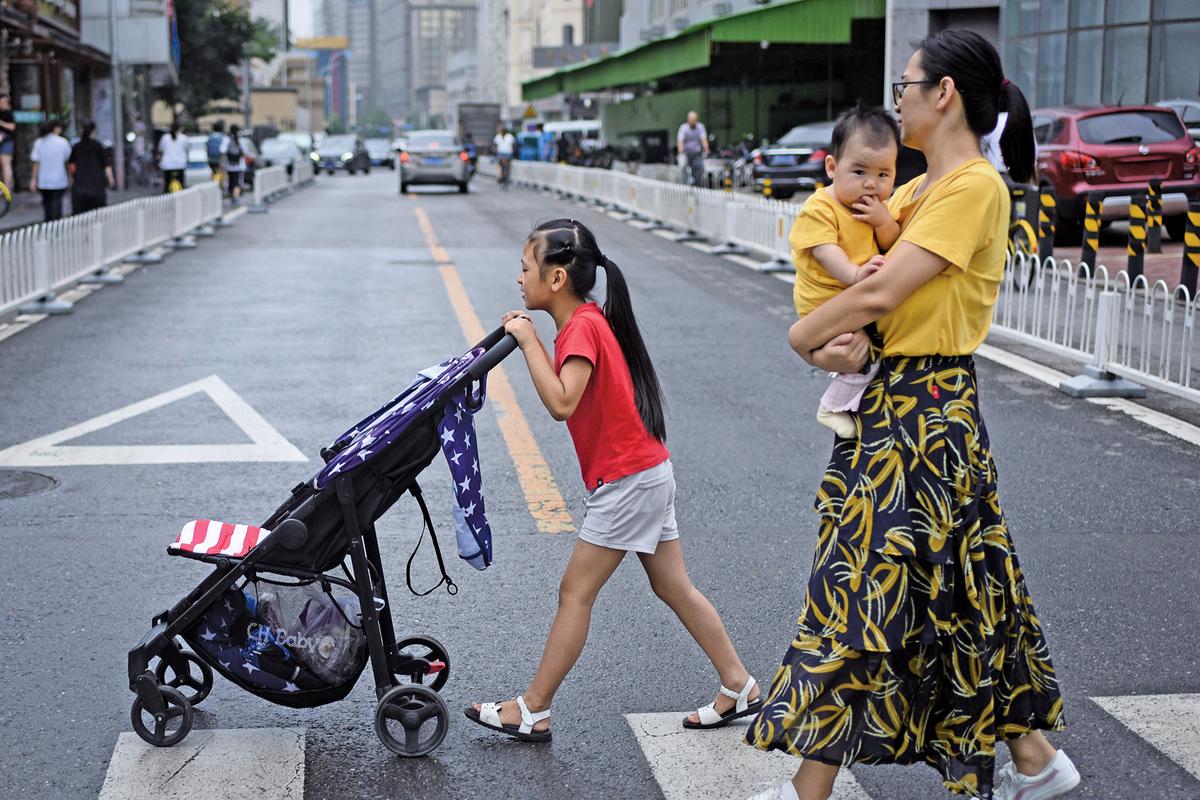 海外專家認為,開放二胎對中國人口出生率的促進是短暫和有限的。數據顯示,「最敢生的省份」如今也不想生了,中國人口在2018年已經開始出現「負增長」(即減少)。(AFP)