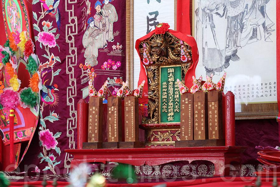 始祖郭子儀的牌位以精美的潮州木雕製成。(陳仲明/大紀元)