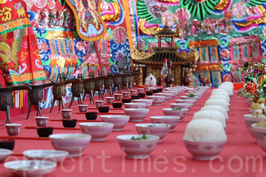 祖廳的供桌上的各類祭品和器物整齊排列。(陳仲明/大紀元)