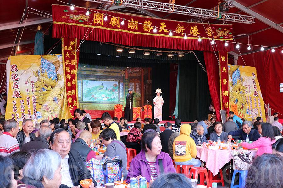 祭祖後設有敬老聯歡聚餐和潮劇表演。(陳仲明/大紀元)