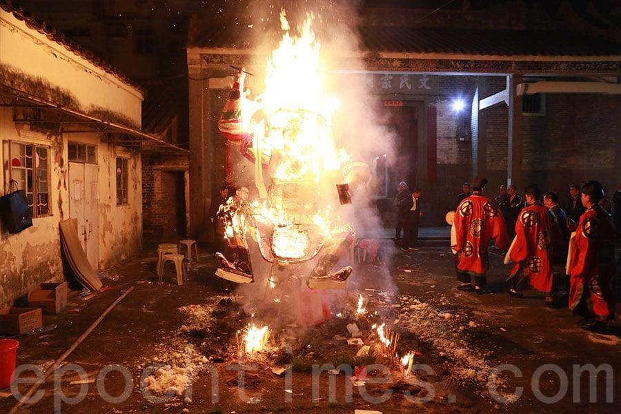 打醮儀式在當晚的「祭大幽」後結束。(陳仲明/大紀元)