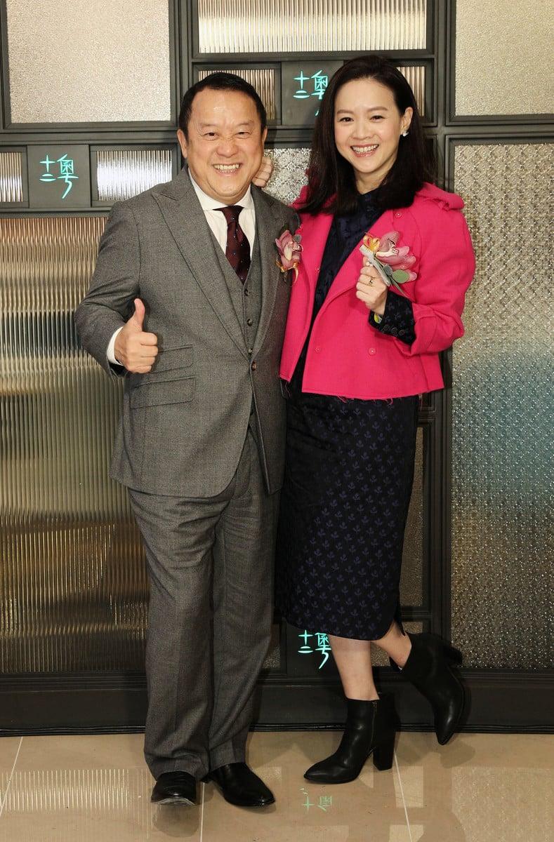 曾志偉(左)與曾寶儀父女檔出席台北某粵菜名店的開幕活動。(十二粵提供)