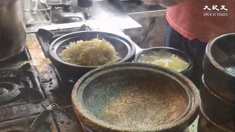 石鍋先用火燒燙,然後加魚翅同配料,最後加個濃郁芡汁。