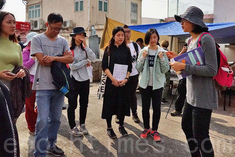 藝術到家的藝術總監張嘉莉Clara(右一)帶領藝術導賞團,為參與介紹大生圍「落塘源野藝術節」的作品。(曾蓮/大紀元)