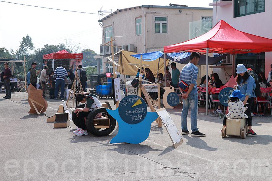 在大生圍村中廣場展出的學生作品。(陳仲明/大紀元)