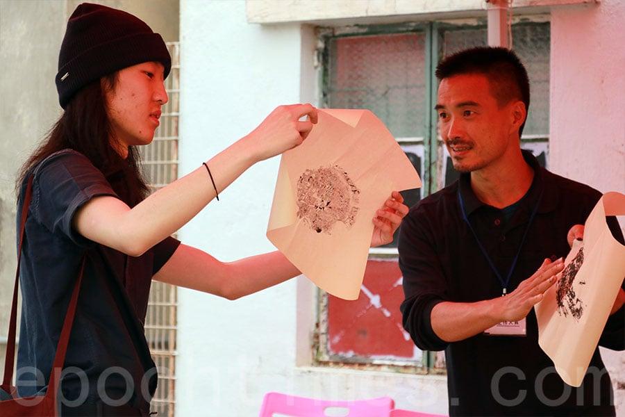 拓魚工作坊,參加者以天然顏料,用來自大生圍的魚製作拓印畫。(陳仲明/大紀元)