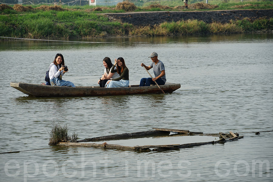 泛舟魚塘上,別有一番滋味。(曾蓮/大紀元)