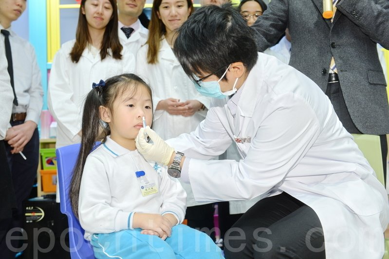 香港醫院藥劑師學會昨日為約45名幼稚園學童接種噴鼻式疫苗。(宋碧龍/大紀元)