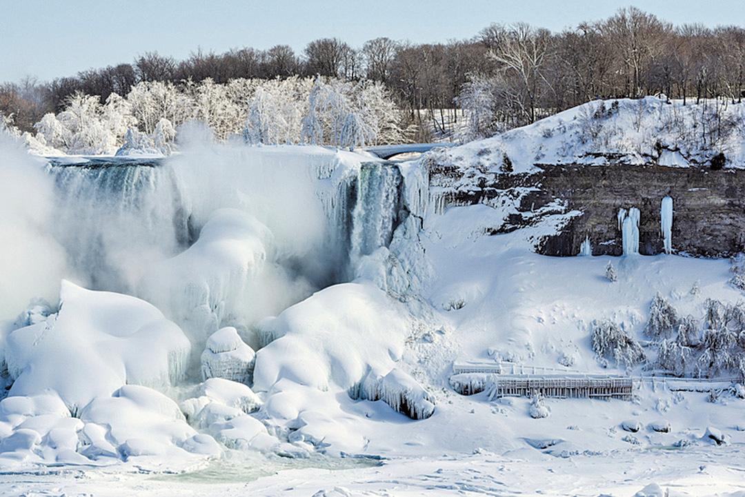 由於天氣太冷,部份尼亞加拉大瀑布(Niagara Falls)已結冰。(AFP)