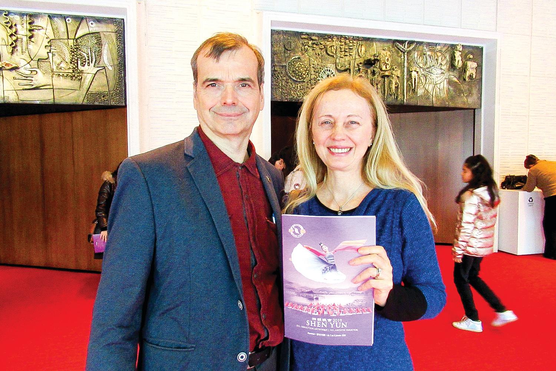 鋼琴家杜波依斯和丈夫表示,觀看神韻收穫很大。(孫萍/大紀元)