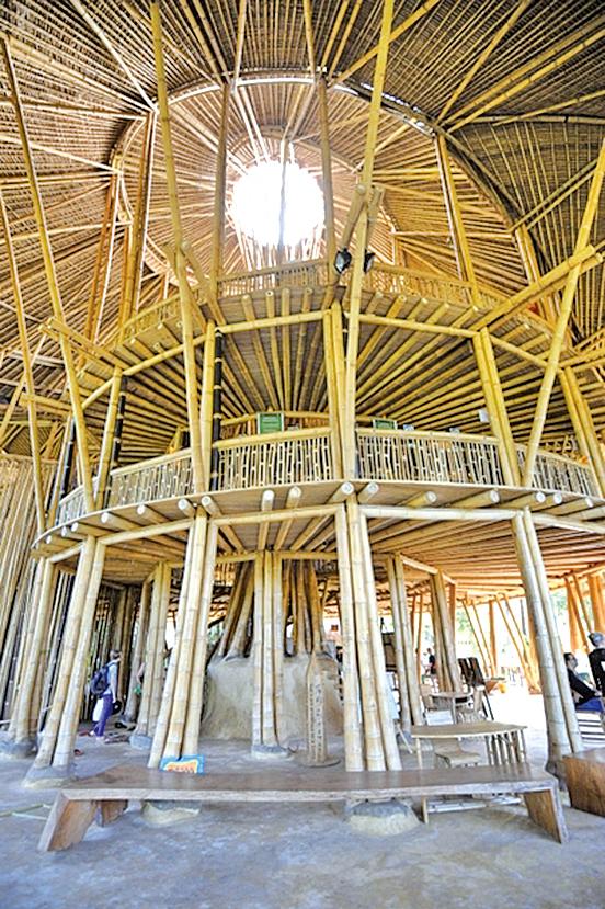 印尼巴厘島竹子建成的「綠校」(SONNY TUMBELAKA/AFP)