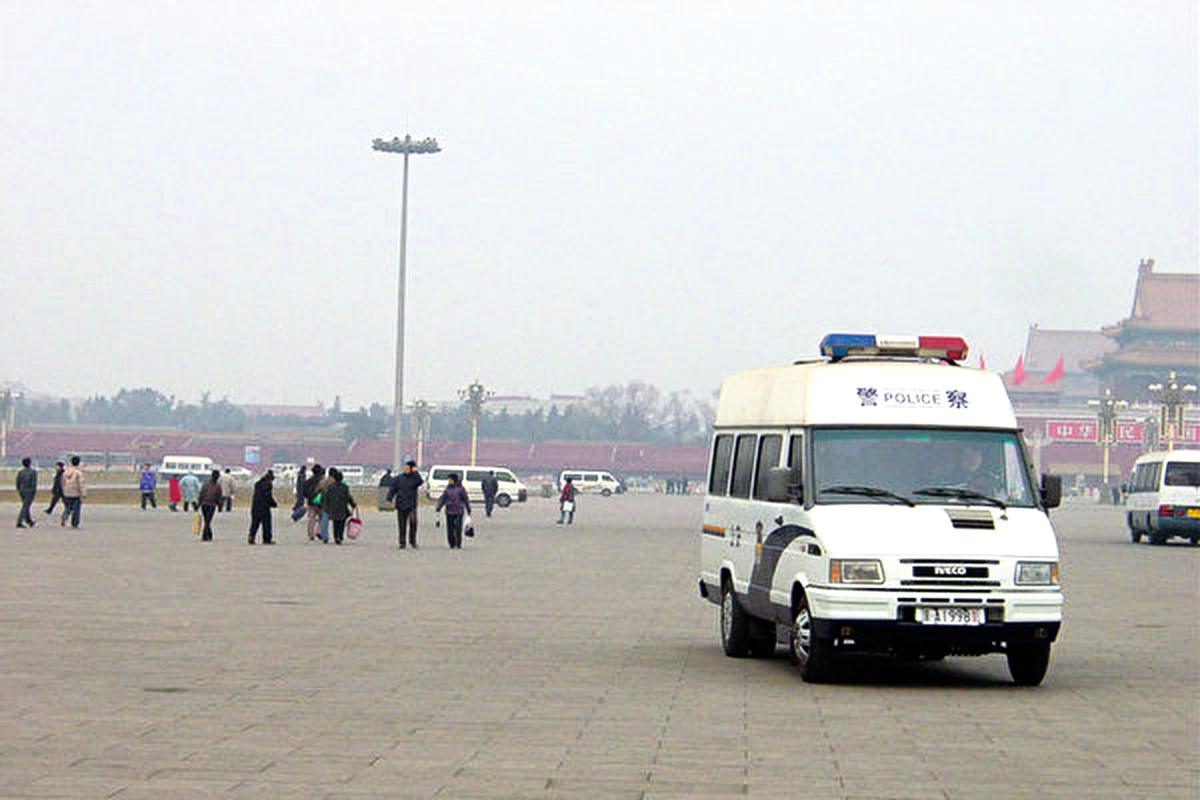 天安門自焚是中共策劃的一場騙局。圖為2005年1月28日天安門廣場,警車四布,公安武警便衣隨處可見。(大紀元)