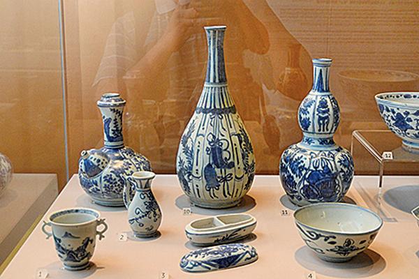 後排中間的是明朝萬曆年間的青花竹節開光花卉紋膽瓶。(宋碧龍/大紀元)