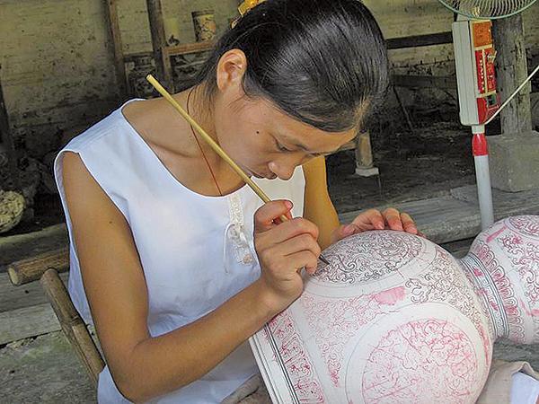 當代景德鎮瓷器生產車間的彩繪女工。(Asteiner/維基百科)