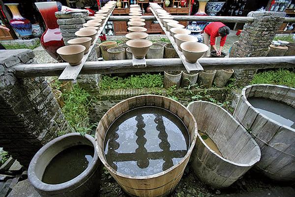 想起山下留德莊那位大嬸,想著在月光下靜靜聽著輕敲瓷碗的清亮的聲音,那從久遠的泥土裏傳來的聲音。(Getty Images)