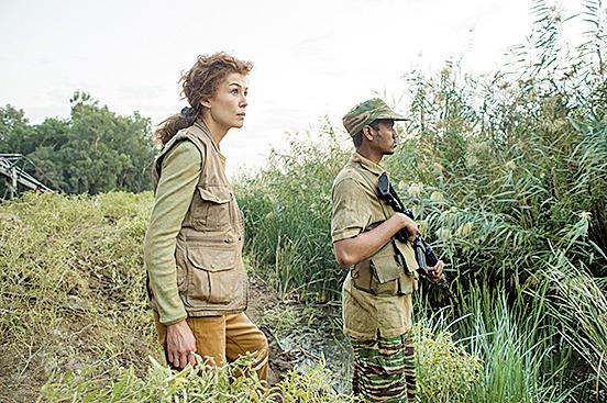 女主角瑪麗的足跡遍及世界各地戰場,包括斯里蘭卡、伊拉克、阿富汗、利比亞、敘利亞等處。