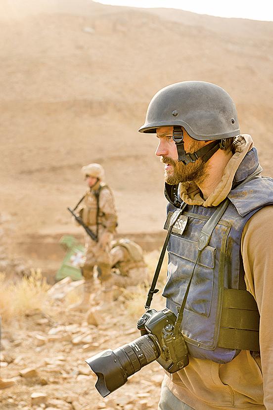 瑪麗在伊拉克採訪的過程中,與一位攝影師保羅結下緣分,兩人成了一起在各大戰區患難與共的摯友,整體是項合格的友誼塑造。