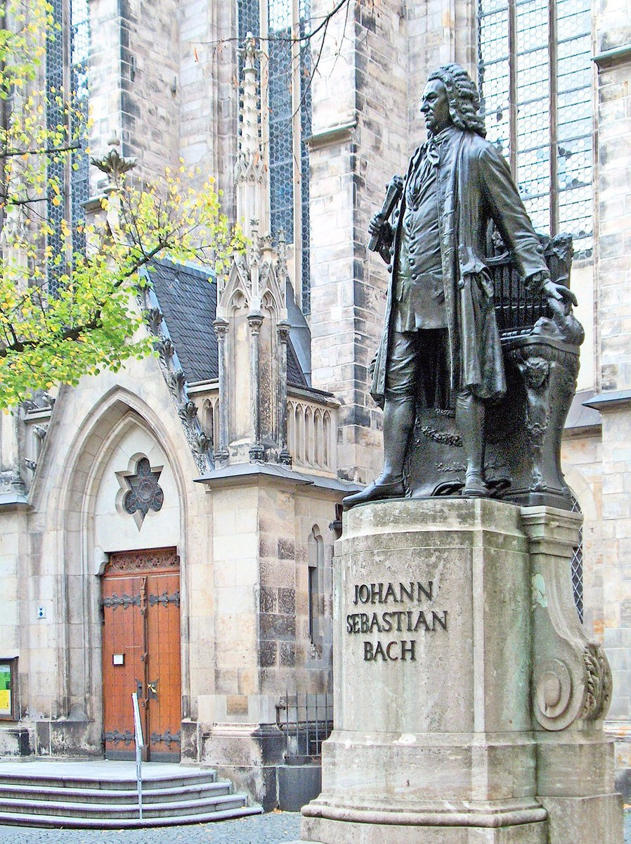 德國萊比錫,聖湯瑪士教堂前的巴赫像。(Zarafa/Wikimedia Commons)