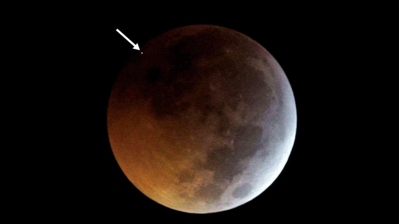 天文物理學家Jose Madiedo在過去十年間架設了8台望遠鏡等著捕捉發生在月食期間的隕石襲擊月球事件。上周末的「超級血狼月」期間他終於等到了。(Jose M. Madiedo/MIDAS)