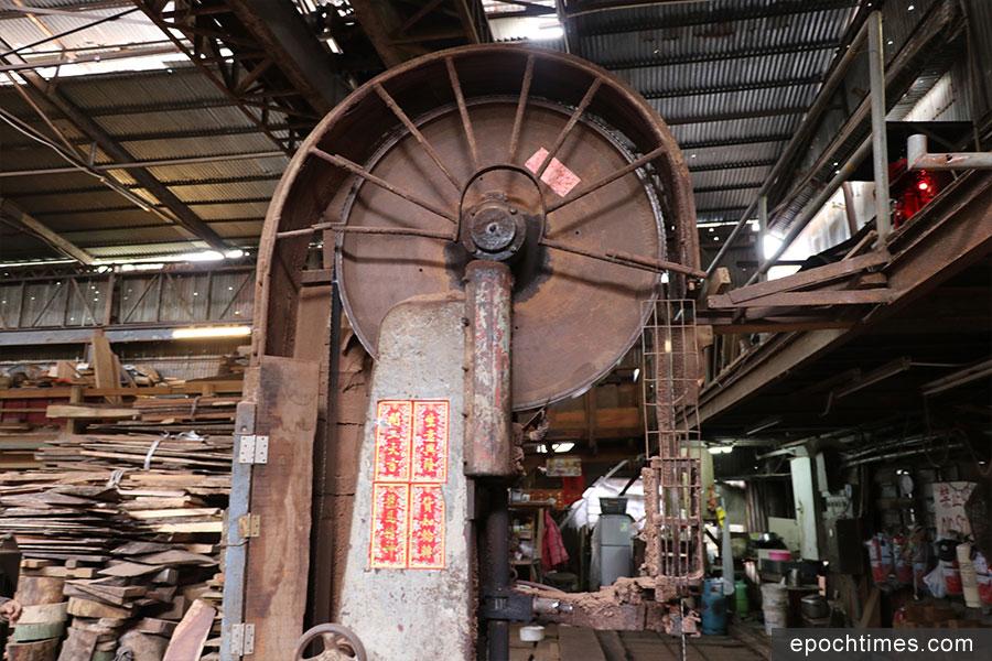 廠內具有六十年歷史的皮帶鋸。(陳仲明/大紀元)