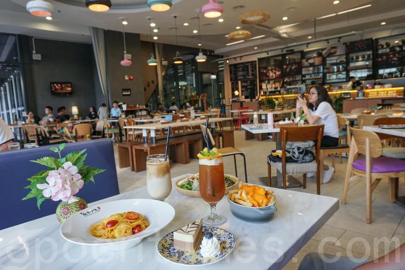 café餐廳面積大、樓底高、座位又闊落,枱與枱之間有一段距離,好有空間感唔擠迫。
