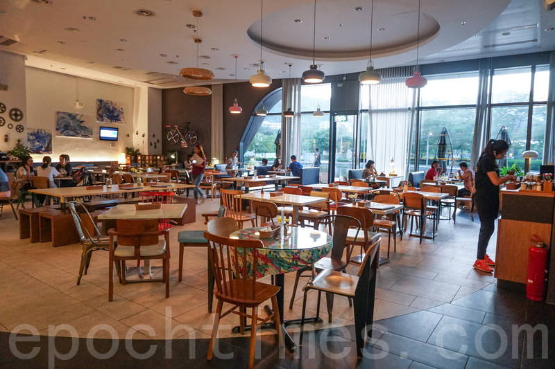 café裝修簡潔明亮,牆上面重有藝術畫同裝飾都幾特色㗎。