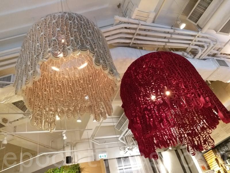 樓底吊住兩盞大燈,燈罩係剪紙做成有啲似雀籠幾靚幾特別。