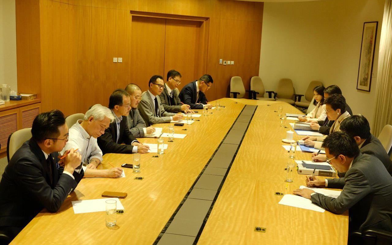 民主派七名議員昨日與林鄭月娥會面,討論擱置收緊長者綜援申請資格。(邵家臻提供)