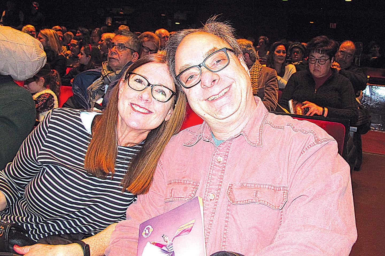 全球最大製藥公司輝瑞公司IT總監羅沙利亞與太太觀看神韻演出後表示驚喜和感動。(麥蕾/大紀元)