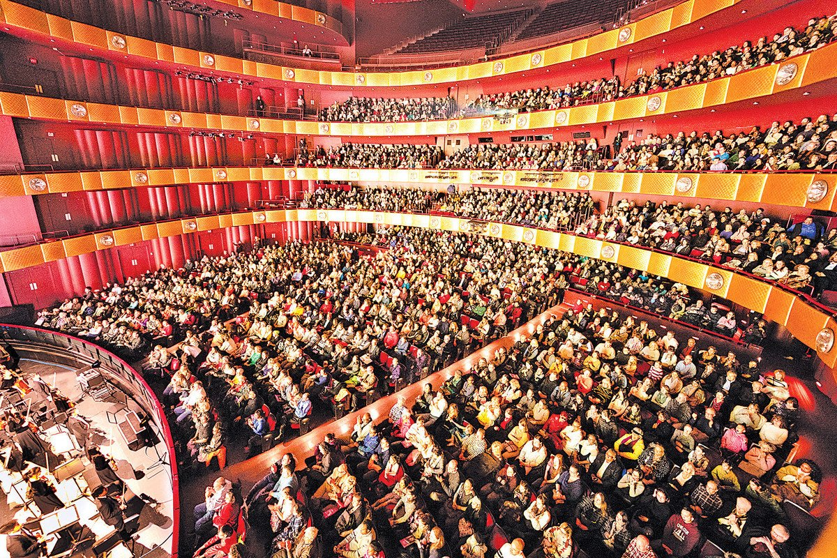 1月12日,神韻紐約藝術團在紐約林肯中心大衛寇克劇院的演出再次爆滿加座。(戴兵/大紀元)