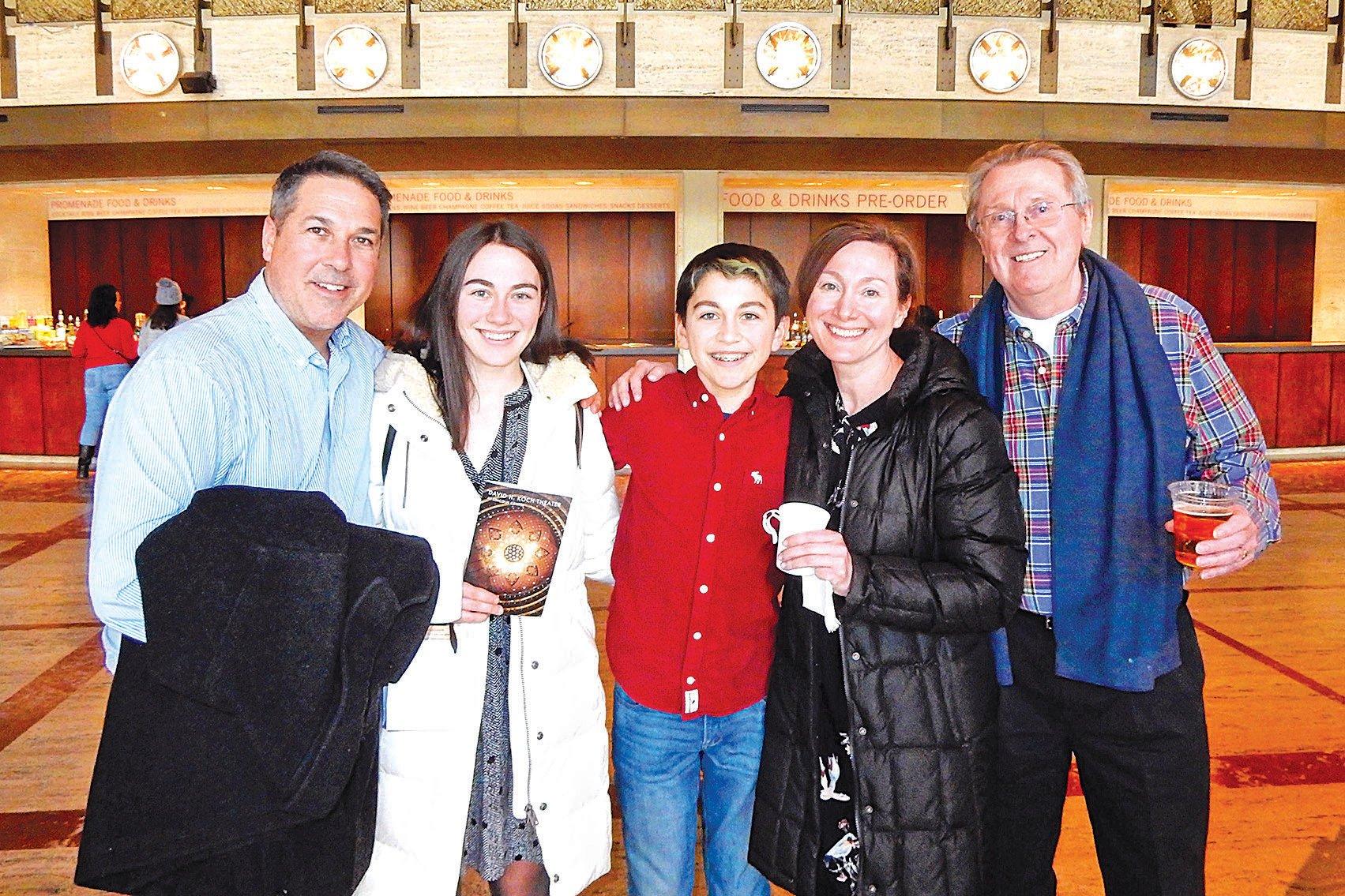 Innovation公司首席執行官博耶(右一)全家1月12日在紐約觀看了神韻演出,稱是「奇蹟」。(衛泳/大紀元)