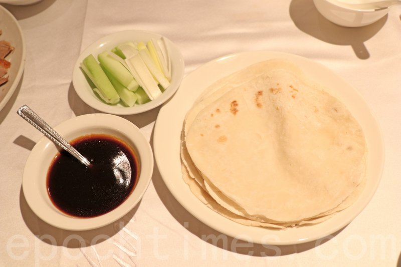 片皮鴨連青瓜條、蔥條加甜醬用薄餅包好之後就食得。
