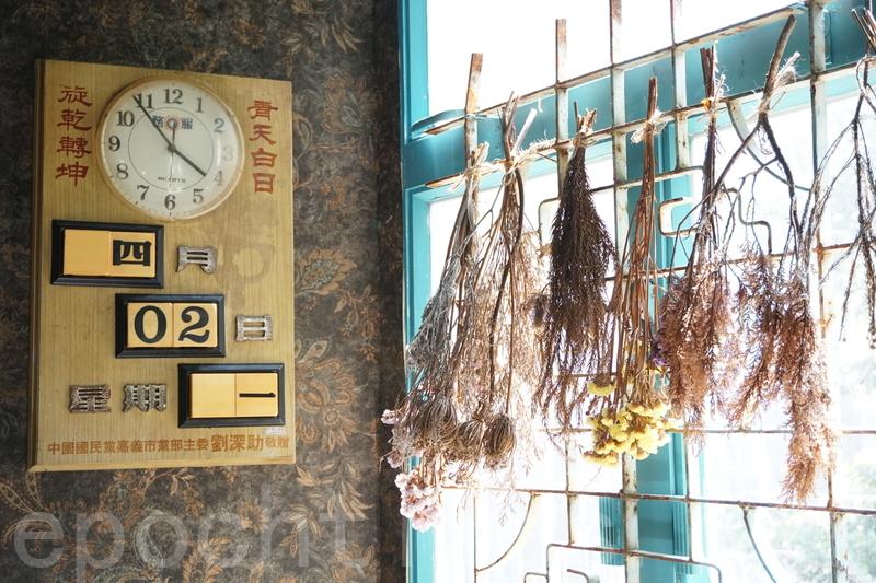 牆上面嘅時鐘都係經過歲月嘅洗禮嘅古董。