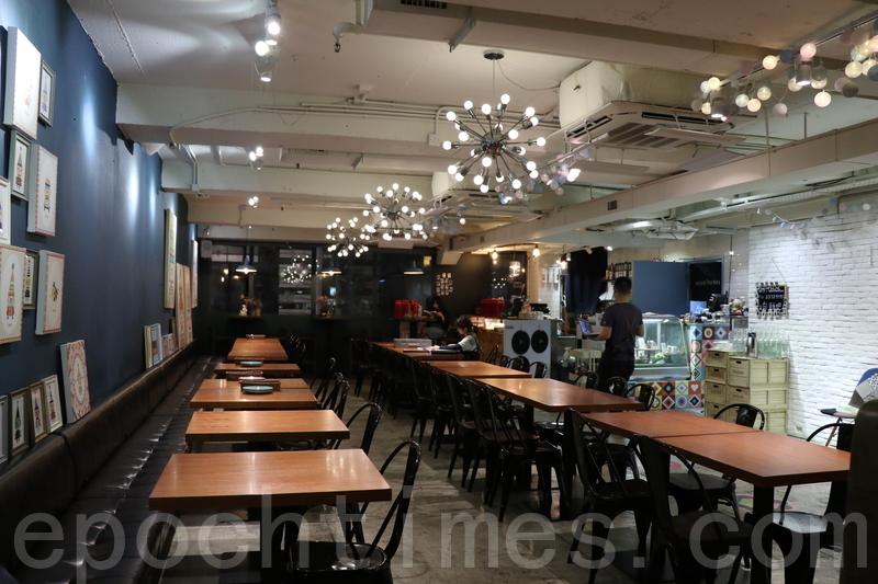 café座位寬敞樓底又高,兩邊都係大大嘅玻璃窗好光猛。