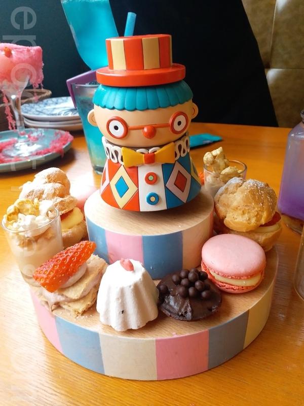 6款甜點放喺小丑公仔盤上面。(米芝Gi提供)