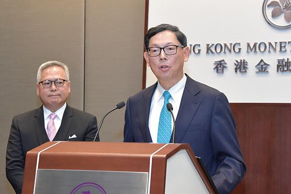 金管局總裁陳德霖(右)表示,外匯基金去年仍能有139億港元的投資收入,不至出現虧損。他預計,今年投資環境仍將如去年般波動。( 郭威利/大紀元)