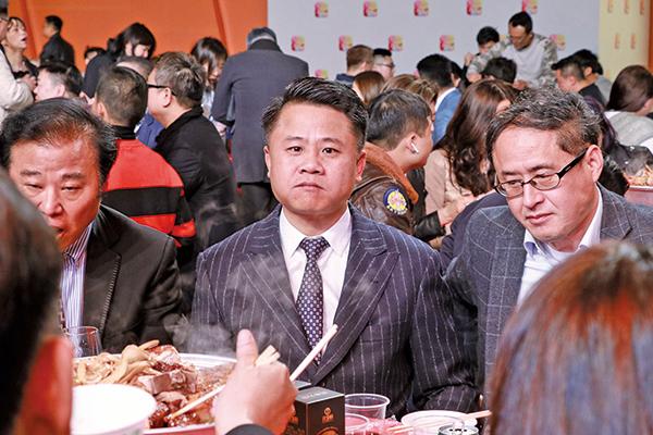 亞洲電視控股董事會主席鄧俊杰(中)表示,希望大家給時間他,帶領亞視往前進。 (陳仲明/大紀元)