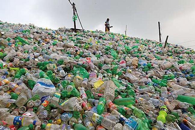 一位法國科學家發明出特殊的塑膠轉化機,利用高熱裂解的方式將塑膠轉化成可用燃料。(網路截圖)